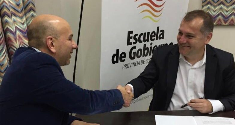 Gustavo Rodriguez y Hernán Rossi se estrechan la mano luego de firmar convenio marco entre el Instituto Lebensohn y la Escuela de Gobierno de Corrientes